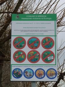 cartello di divieto al parco Deledda di Brescia