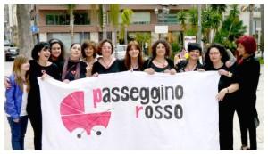 foto di gruppo del comitato di donne passeggino rosso